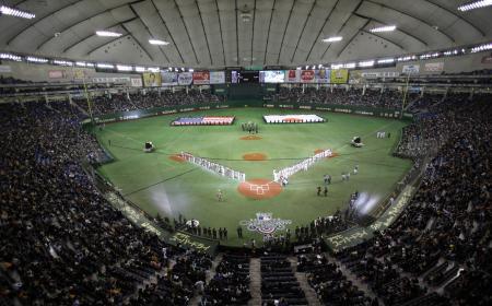 2012年に東京ドームで行われたアスレチックス―マリナーズでの大リーグ開幕戦(AP=共同)