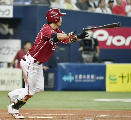 9回楽天2死一、二塁、聖沢が左中間に逆転の2点二塁打を放つ=京セラドーム