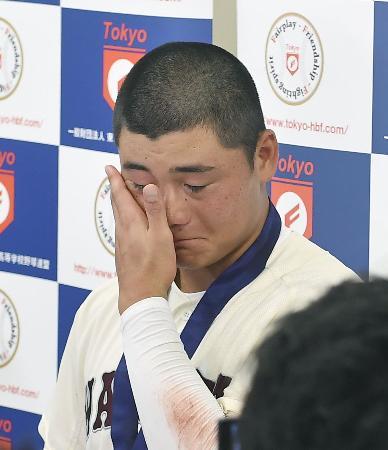 全国選手権西東京大会決勝で東海大菅生に敗れ甲子園出場を逃し、試合後の囲み取材で涙を拭う早実の清宮幸太郎選手。高校通算最多本塁打とされる記録を更新する108号を放つことはできなかった=30日、東京・神宮球場