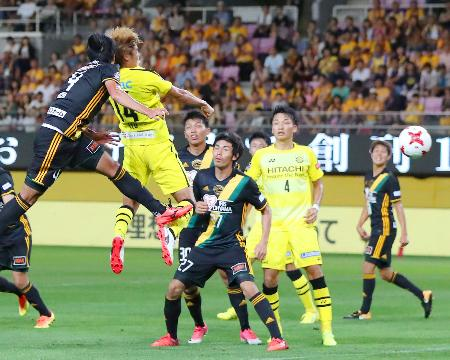 仙台―柏 後半、先制ゴールを決める柏・伊東(左から2人目)=ユアスタ