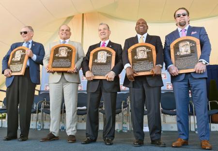 米国の野球殿堂入り式典で表彰されたイバン・ロドリゲス氏(左から2人目)、ティム・レインズ氏(同4人目)、ジェフ・バグウェル氏(右端)ら=クーパーズタウン(AP=共同)