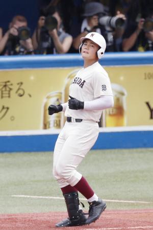 東海大菅生戦の1回、一ゴロに倒れた早実・清宮幸太郎選手。高校通算最多本塁打とされる記録を更新する108号を放つことはできなかった=30日、東京・神宮球場