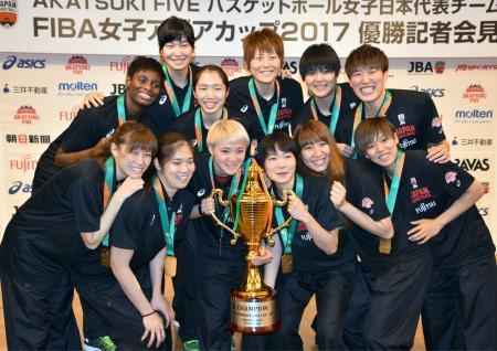バスケットボールの女子アジア・カップで3連覇を果たし、帰国後の記者会見で笑顔の日本代表=31日、東京都港区