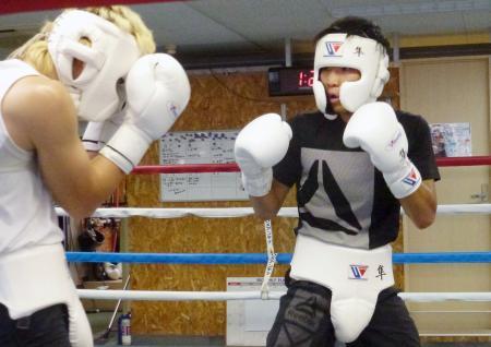 初防衛戦に向けた練習を公開したWBAスーパーバンタム級王者の久保隼(右)=神戸市