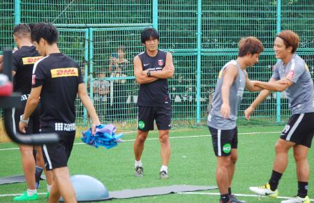 監督交代から本格的に再始動し、練習を見守る浦和の堀新監督(中央)=1日、さいたま市