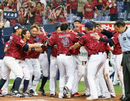 12回、サヨナラ本塁打のロメロ(9)を祝福するオリックスナイン=京セラドーム