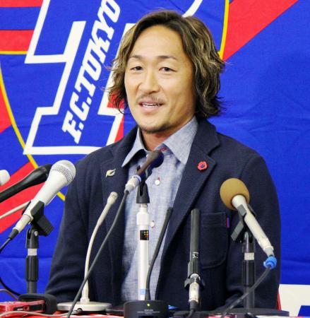 記者会見で今季限りでの現役引退を発表する、J1FC東京の石川直宏=2日、東京都小平市