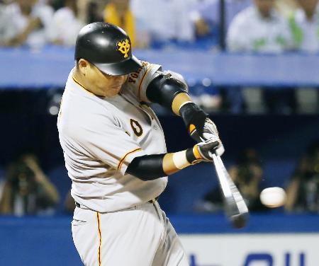9回巨人無死二、三塁、村田が中越えにこの試合2本目の本塁打となる3ランを放つ=神宮