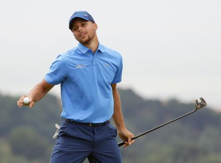米男子ゴルフの下部ツアー大会、エリーメイ・クラシック。18番でパーパットを沈め、第1ラウンドを74で終えたステフィン・カリー=3日、ヘイワード(AP=共同)