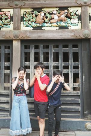 日光東照宮を参拝し、三猿のポーズを取る本田真凜(左)ら=4日午後、栃木県日光市