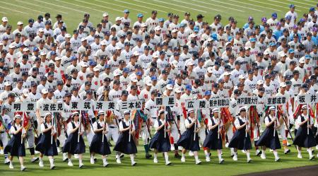 第99回全国高校野球選手権大会の開会式リハーサルで、一斉行進する各校ナイン=6日、甲子園球場