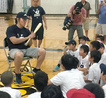子どもたちに打撃について話す松井秀喜氏=5日、ニューヨーク市近郊