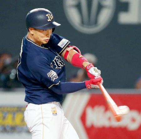 4回オリックス1死一、三塁、安達が左前に適時打を放つ=札幌ドーム