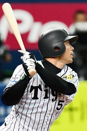 7回阪神1死一、二塁、代打伊藤隼が中越えに逆転3ランを放つ=京セラドーム