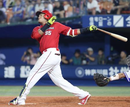 5回広島1死、バティスタが左越えに本塁打を放つ=横浜