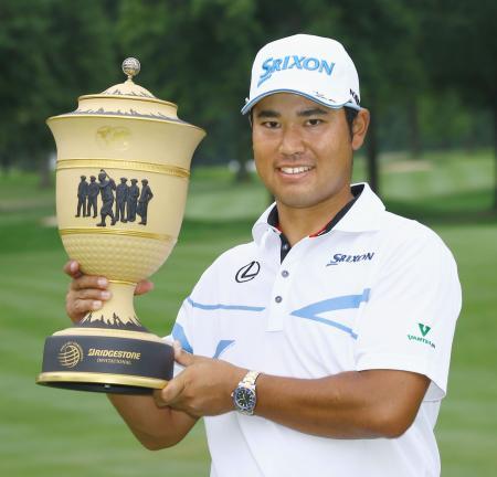 ゴルフのブリヂストン招待で優勝し、トロフィーを手にする松山英樹=6日、米オハイオ州アクロン(ゲッティ=共同)