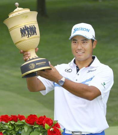 ゴルフのブリヂストン招待で優勝し、トロフィーを掲げる松山英樹=6日、米オハイオ州アクロン(共同)