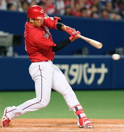 7回広島1死二、三塁、左前に同点打を放つ鈴木=ナゴヤドーム