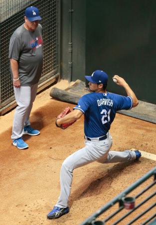 ハニーカット投手コーチが見守る中、投球練習するドジャースのダルビッシュ=フェニックス(共同)