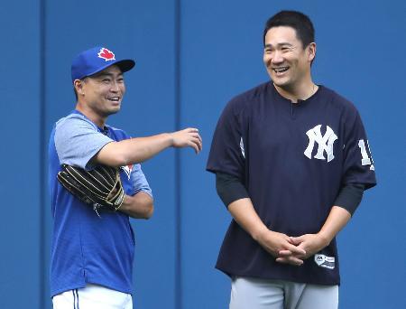 試合前に談笑するブルージェイズの青木(左)とヤンキースの田中=トロント(ゲッティ=共同)