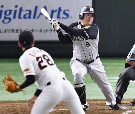3回阪神2死二塁、福留が左翼線に適時二塁打を放つ。投手畠=東京ドーム
