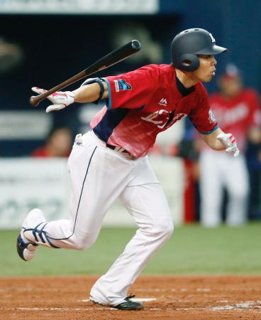 5回西武2死一塁、秋山が右中間に適時三塁打を放つ=京セラドーム