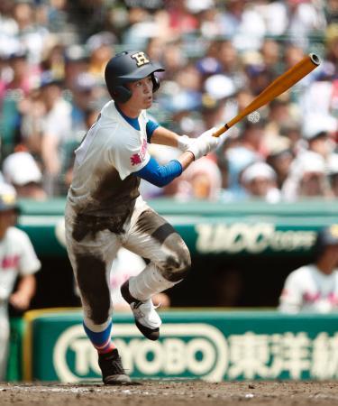 開星―花咲徳栄 7回表花咲徳栄2死一、三塁、岩瀬が右中間に2点三塁打を放つ=甲子園