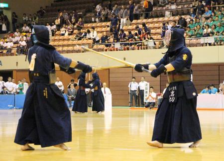 インターハイの剣道男子個人4回戦の再試合で、対戦する九州学院の岩切勇磨選手(右)と高千穂の林拓郎選手=11日、仙台市のカメイアリーナ仙台