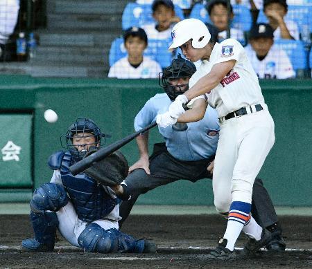 北海―神戸国際大付 7回裏神戸国際大付1死一、三塁、谷口が右翼ポール際に逆転3ランを放つ。捕手佐藤=甲子園