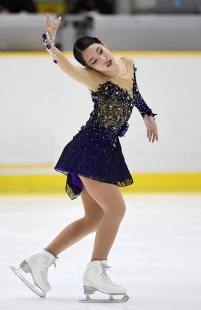女子SPで演技する三原舞依=滋賀県立アイスアリーナ