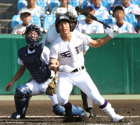 大垣日大―天理 4回裏天理1死、神野が左中間に2打席連続となる本塁打を放つ。捕手都筑=甲子園