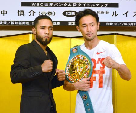 WBCバンタム級世界戦の調印式を終えた、王者の山中慎介(右)と挑戦者のルイス・ネリ=13日、京都市