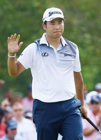 ゴルフの全米プロ選手権最終ラウンドの10番でバーディーパットを決めた松山英樹。通算5アンダーで5位に終わった=13日、クウェイルホロー・クラブ(共同)