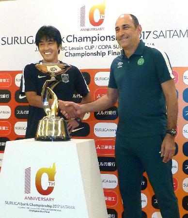スルガ銀行チャンピオンシップの対戦を控え、握手するJ1浦和の堀孝史監督(左)とシャペコエンセのエウトロピオ監督=14日、埼玉スタジアム