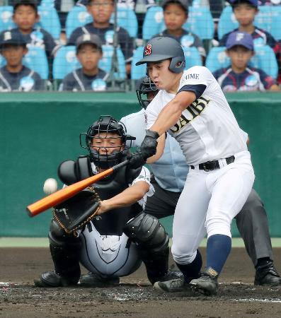 済美―津田学園 4回裏済美無死、左中間に本塁打を放つ亀岡。捕手・久保田=甲子園