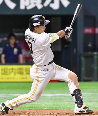 6回ソフトバンク2死、松田が左越えに勝ち越しの本塁打を放つ=ヤフオクドーム