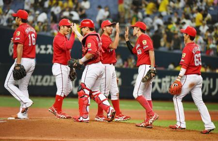 阪神に勝利し4連勝、タッチを交わす広島ナイン=京セラドーム
