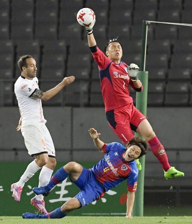 5月に行われたJルヴァン杯1次リーグのFC東京―大宮で、シュートをセーブするFC東京の大久保択。地道な努力がJ1デビューとなった神戸戦で報われた=味スタ