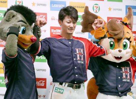 ロッテにサヨナラ勝ちし、ポーズをとる日本ハム・西川=札幌ドーム