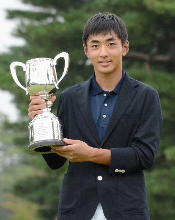 ゴルフの日本ジュニア選手権の男子15~17歳の部で優勝した鈴木晃祐=霞ケ関CC