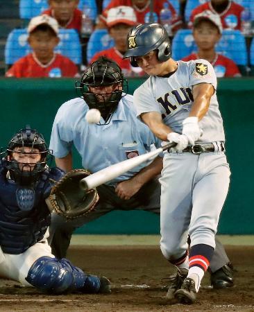 大阪桐蔭―仙台育英 9回裏仙台育英2死満塁、馬目が左中間にサヨナラ2点二塁打を放つ。捕手福井=甲子園