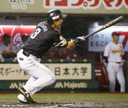 6回ソフトバンク2死一、二塁、松田が左前に適時打を放つ=Koboパーク宮城