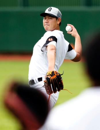 練習を再開し、キャッチボールする巨人・山口俊=川崎市のジャイアンツ球場