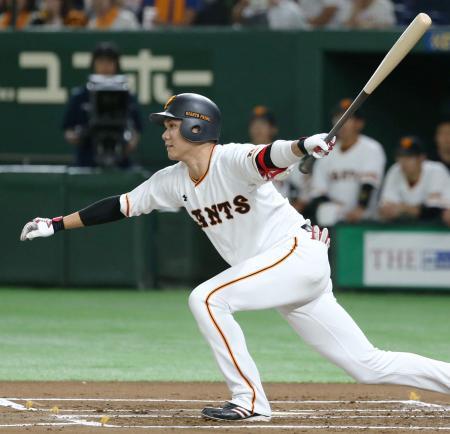 1回巨人無死一、二塁、坂本勇が左前に先制打を放つ=東京ドーム