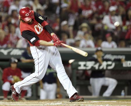 10回広島2死二塁、エルドレッドが中越えにサヨナラ打を放つ=マツダ