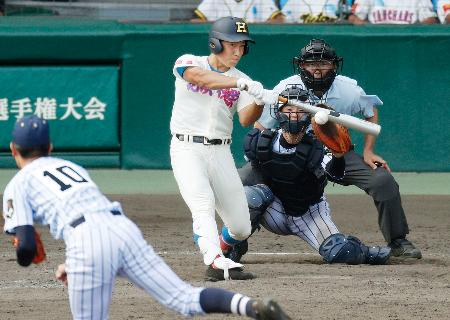 花咲徳栄―東海大菅生 11回表花咲徳栄2死二、三塁、高井が右越えに勝ち越しの2点二塁打を放つ。投手山内、捕手鹿倉=甲子園