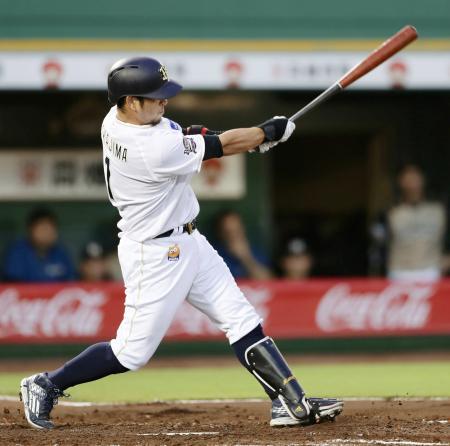 2回オリックス無死二塁、中島が左越えに2ランを放つ=ほっともっと神戸
