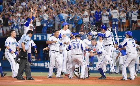 9回、サヨナラ本塁打を放った宮崎(51)を迎え、大喜びのDeNAナイン=横浜