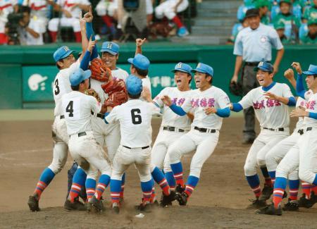 第99回全国高校野球選手権大会決勝で広陵を破り、初優勝を決めた花咲徳栄ナイン=23日、甲子園球場