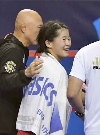 女子55キロ級準決勝でブルガリア選手に勝利し、決勝進出を決めた奥野春菜=パリ(共同)